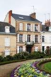 Casa elegante y macizo de flores brillante en ciudad francesa Foto de archivo libre de regalías