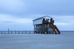 Casa elevada en la playa Foto de archivo