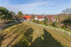 Casa elevado e prado da exploração agrícola fotos de stock royalty free