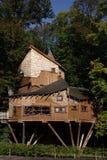 Casa em a árvore do jardim de Alnwick Fotos de Stock Royalty Free