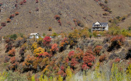 A casa em montanhas do outono Imagens de Stock Royalty Free
