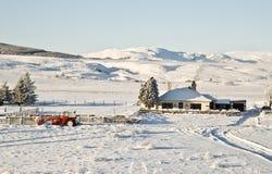 Casa em montanhas escocesas imagens de stock