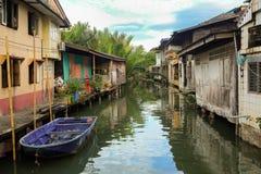casa em pernas de pau de madeira nos khlongs de Tailândia Khlong Yai imagens de stock royalty free