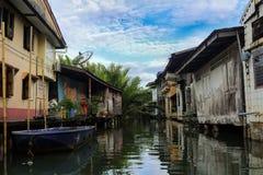casa em pernas de pau de madeira nos khlongs de Tailândia Khlong Yai imagem de stock royalty free