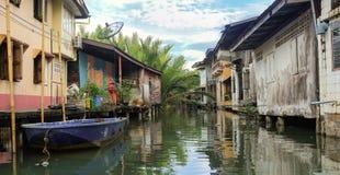casa em pernas de pau de madeira nos khlongs de Tailândia Khlong Yai fotos de stock