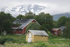 Casa em um fundo de montanhas nevado Imagem de Stock Royalty Free