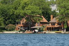Casa em um lago Imagens de Stock Royalty Free