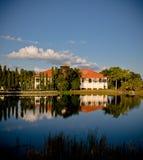 Casa em um lago no por do sol Foto de Stock Royalty Free