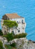 Casa em um penhasco que negligencia o mar Tyrrhenian Imagens de Stock Royalty Free