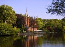 Casa em uma canaleta em Bruges Fotografia de Stock Royalty Free