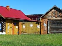 Casa em uma rua da vila Ornamento cinzelado Cabanas de madeira do log na vila de Ural Arquitetura de madeira Rússia imagens de stock