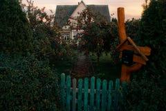 Casa em uma vila pequena imagens de stock royalty free