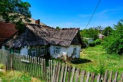 Casa en campo con el tejado de lámina Imagen de archivo