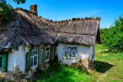 Casa en campo con el tejado de lámina Foto de archivo