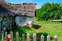 Casa en campo con el tejado de lámina Fotografía de archivo libre de regalías