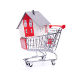 Casa en carro de compras Imágenes de archivo libres de regalías