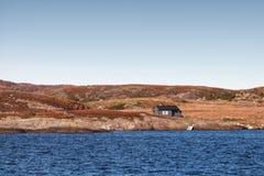Casa en costa rocosa vacía en Noruega Imagenes de archivo