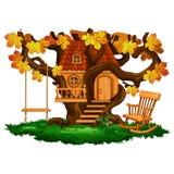 Casa en el árbol, oscilación y mecedora fabulosos, estación del otoño Fotos de archivo