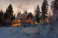 Casa en el bosque del invierno Imágenes de archivo libres de regalías