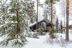 Casa en el bosque del invierno fotografía de archivo