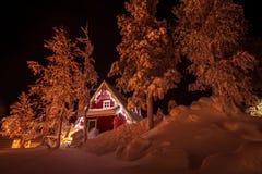 Casa en el bosque del invierno Imagen de archivo