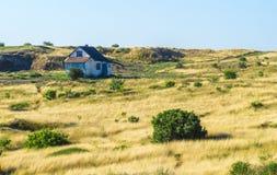 Casa en el campo del amarillo del verano Imagen de archivo libre de regalías