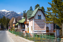 Casa en el campo, montañas cercanas imagenes de archivo