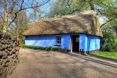 Casa en el castillo y el parque de la gente - Irlanda de Bunratty. Fotografía de archivo