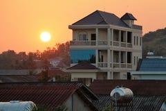 Casa en el fondo de la puesta del sol Imagen de archivo