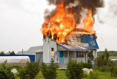 Casa en el fuego Imagen de archivo libre de regalías