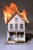 Casa en el fuego Fotos de archivo libres de regalías