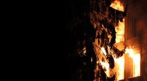 Casa en el fuego en la noche Fotografía de archivo libre de regalías