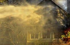 Casa en el fuego por la tarde Fotos de archivo libres de regalías