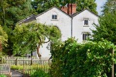 Casa en el jardín fotografía de archivo
