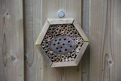 Casa en el jardín, protección para los insectos, hote del insecto de los insectos Fotos de archivo libres de regalías