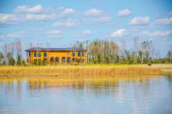 Casa en el lago Imagen de archivo libre de regalías