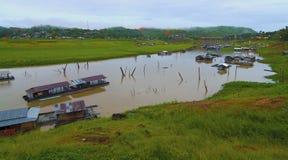 Casa en el lago Sangkaburi, Tailandia Fotografía de archivo