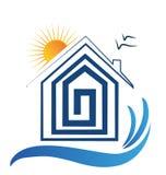 Casa en el logotipo de la playa, del sol y de los pájaros Imagen de archivo libre de regalías