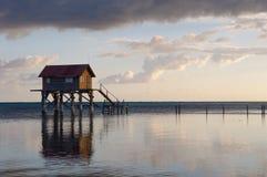 Casa en el océano foto de archivo
