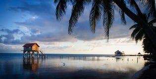 Casa en el océano fotografía de archivo