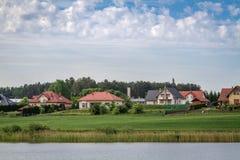 Casa en el paisaje del lago Fotografía de archivo libre de regalías