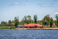 Casa en el paisaje Polonia del lago Imágenes de archivo libres de regalías