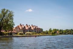 Casa en el paisaje Polonia del lago Fotografía de archivo libre de regalías