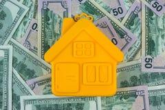 Casa en el primer de cientos billetes de dólar Fotografía de archivo