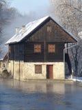 Casa en el río foto de archivo