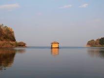 Casa en el río Fotografía de archivo libre de regalías