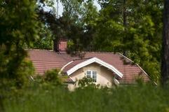 Casa en el verde Fotos de archivo