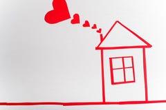 Casa en fondo blanco de madera con los corazones rojos r Fotografía de archivo