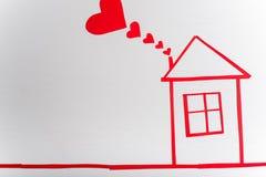 Casa en fondo blanco de madera con los corazones rojos r Foto de archivo