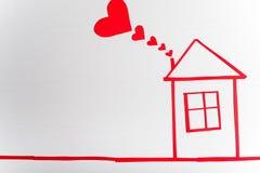 Casa en fondo blanco de madera con los corazones rojos r Fotografía de archivo libre de regalías